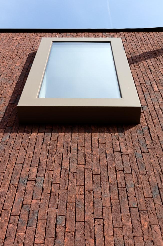 Vinkt na renovatie met steenstrips - detail raam