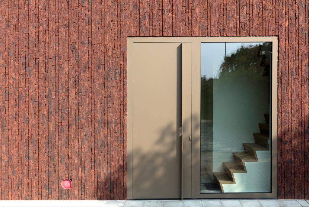 Vinkt na renovatie met steenstrips - detail voordeur