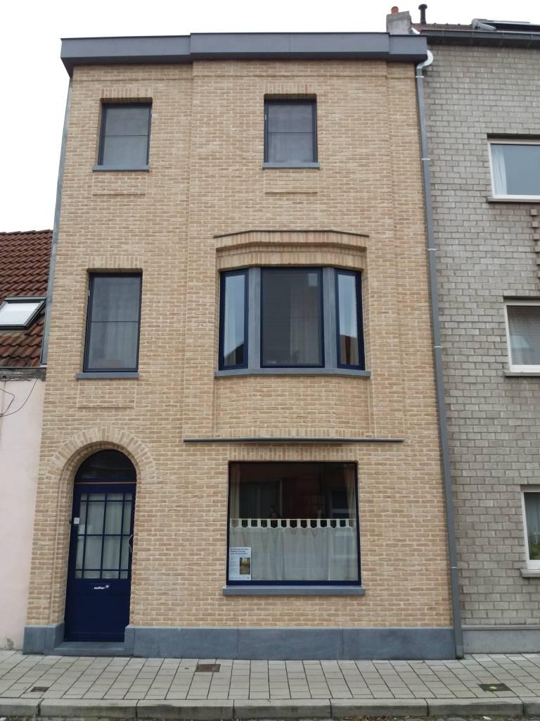 Gent voorgevel na renovatie met steenstrips