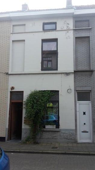 Gent klapeksterstraat voor renovatie met steenstrips