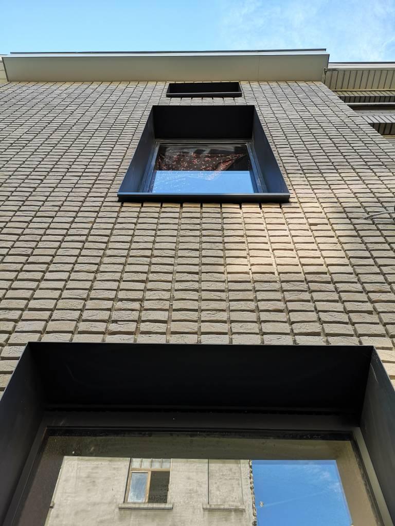 Gent klapeksterstraat na renovatie met steenstrips detail