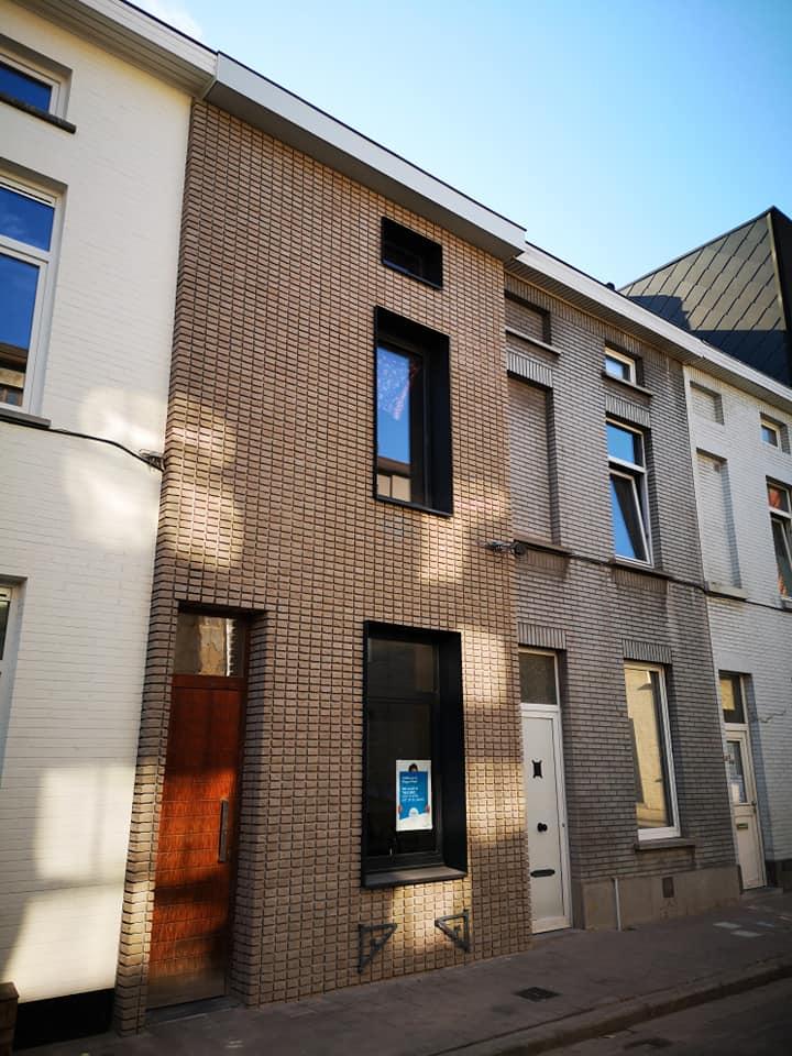 Gent klapeksterstraat na renovatie met steenstrips